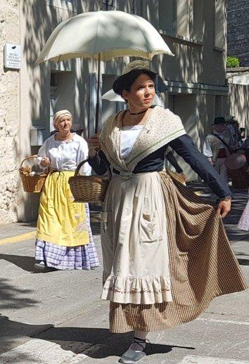 Artesian Lady with basket - Provences Cherry Festival - La Roque d'Anthéron