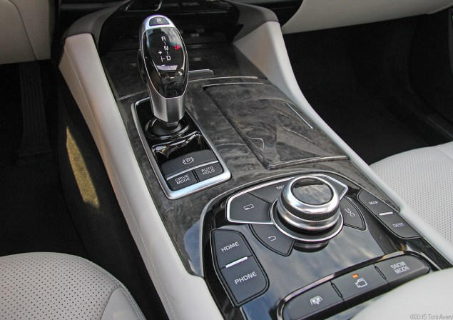 Kia K900 gear shift and other tech
