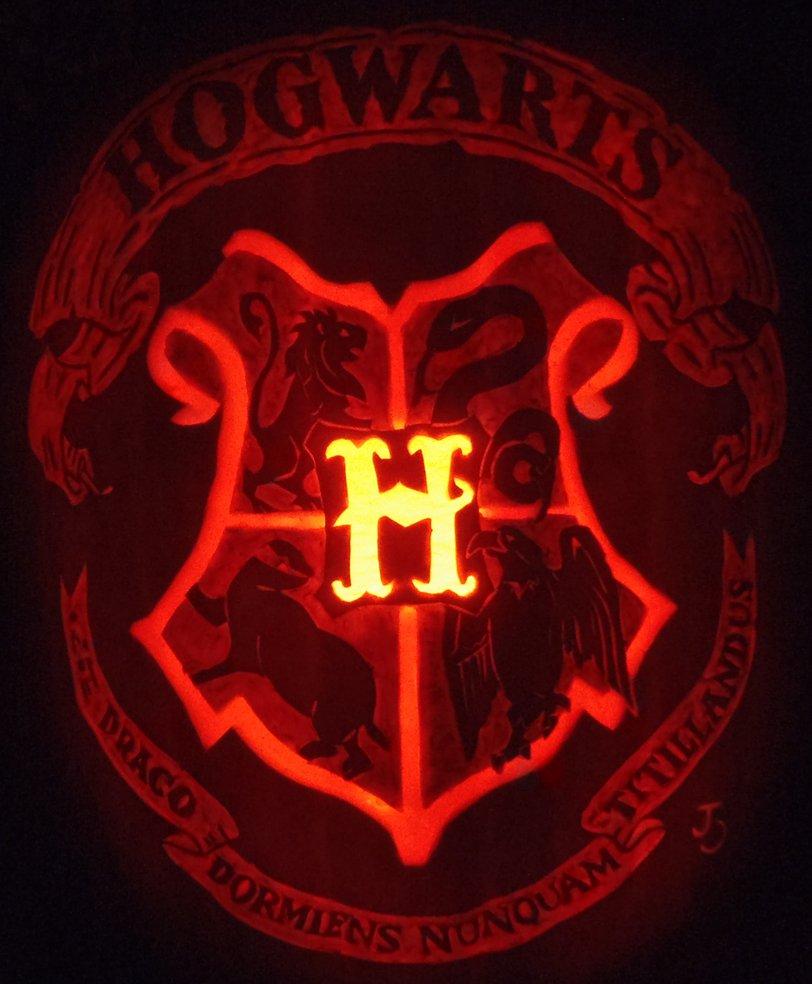 Hogwarts crest pumpkin by johwee.deviantart.com