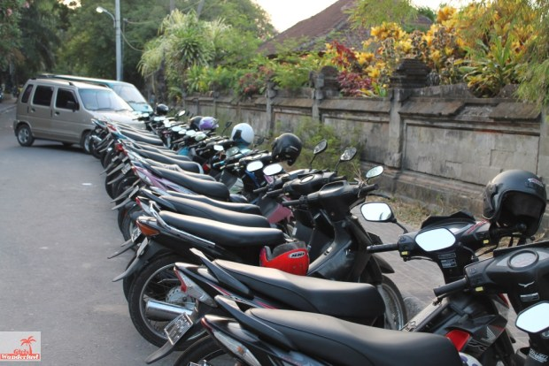 How not to get scammed in Bali! 20 Common tourist traps and how to avoid them, written by @girslwanderlust. Scooter. #scooter #bali #indonesia #sammed #traps #touristtraps #touristscam #