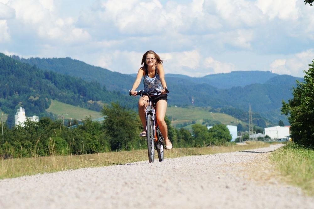 Ciclista donna in bicicletta