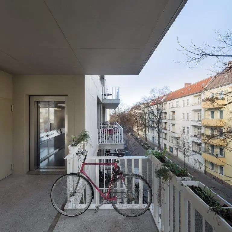 Il balcone con ascensore del Fahrradloft di Berlino, foto Werner Huthmacher