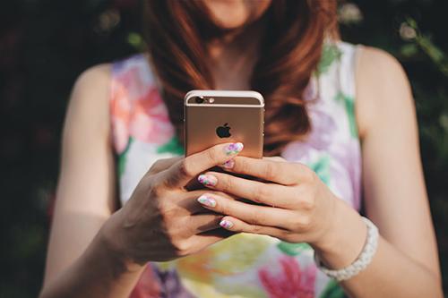 「iPhone」「スマートフォン」「スマホ」「女性・女の子」「巻き髪」などがテーマのフリー写真画像