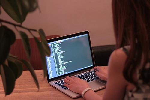 「Mac」「カフェ」「パソコン」「女性・女の子」「巻き髪」などがテーマのフリー写真画像