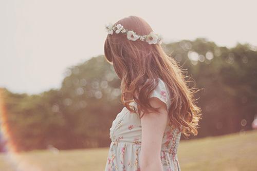「光」「女性・女の子」「巻き髪」「春」「花かんむり」「草原」などがテーマのフリー写真画像