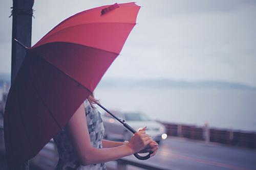 「傘」「女性・女の子」「巻き髪」「梅雨」「海」「雨」などがテーマのフリー写真画像