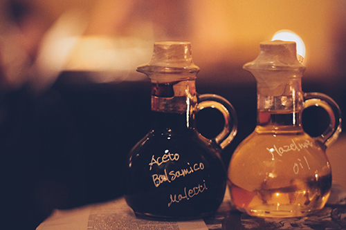 オシャレな容器のバルサミコとヘーゼルナッツオイル