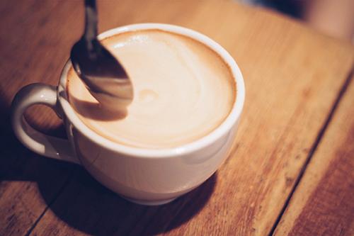 「iPhone」「カフェ」「コーヒー」「スマートフォン」「スマホ」「ドリンク」「マグカップ」「ラテアート」「飲み物」などがテーマのフリー写真画像