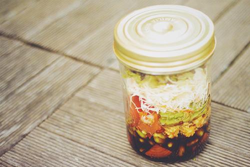 「カフェ」「サラダ」「ジャーサラダ」「スーパーフード」「チアシード」「メイソンジャー」「食べ物」などがテーマのフリー写真画像