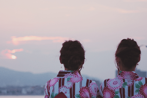 「くるりんぱ」「ヘアスタイル」「友達」「双子ルック」「夏」「夏の夕暮れ」「夕陽」「女性・女の子」「浴衣」「海」などがテーマのフリー写真画像