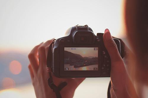 「カメラ」「一眼レフ」「夏」「夏の夕暮れ」「夕陽」「女性・女の子」「海」などがテーマのフリー写真画像
