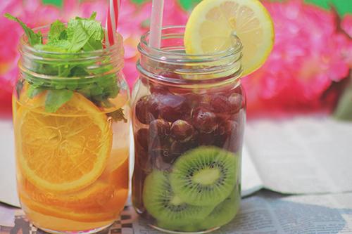 「カフェ」「デトックスウォーター」「ドリンク」「フルーツ」「メイソンジャー」「果物」「飲み物」などがテーマのフリー写真画像