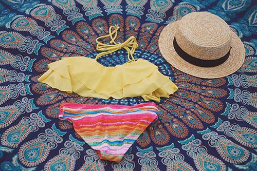 「コーディネート」「サングラス」「ラウンドタオル」「夏」「帽子」「水着」「麦わら帽子」などがテーマのフリー写真画像