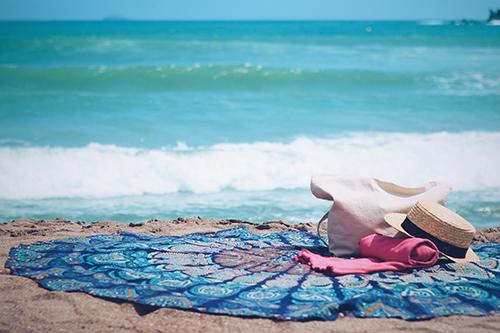 「ビーチ」「ラウンドタオル」「夏」「帽子」「海」「砂浜」「麦わら帽子」などがテーマのフリー写真画像