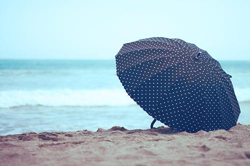 ビーチに置かれた日傘
