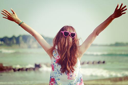 「サングラス」「夏」「女性・女の子」「巻き髪」「海」などがテーマのフリー写真画像