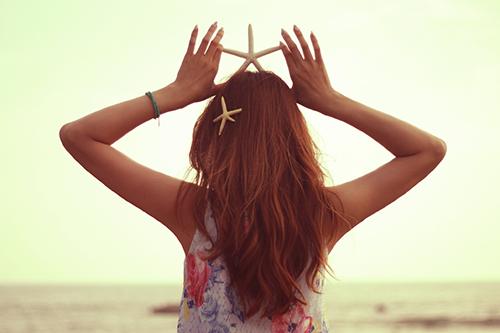 「スターフィッシュ」「ヒトデ」「夏」「女性・女の子」「巻き髪」「海」などがテーマのフリー写真画像