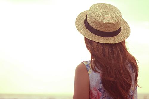 「夏」「女性・女の子」「巻き髪」「帽子」「高台」「麦わら帽子」などがテーマのフリー写真画像