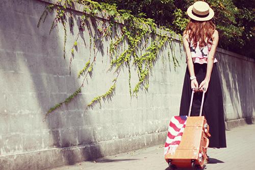 「スーツケース」「女性・女の子」「巻き髪」「帽子」「旅行」「秋」「麦わら帽子」などがテーマのフリー写真画像