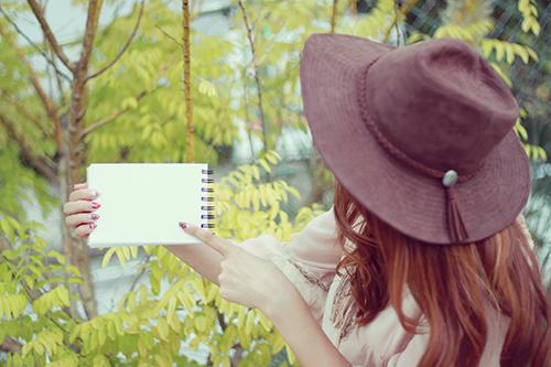 「スケッチブック」「女性・女の子」「巻き髪」「帽子」「秋」などがテーマのフリー写真画像