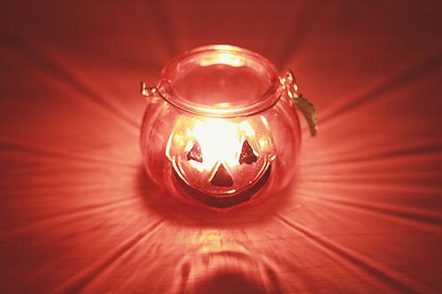「カボチャ」「キャンドル」「光」「夜」「秋」などがテーマのフリー写真画像