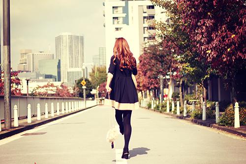 「女性・女の子」「巻き髪」「秋」「紅葉」などがテーマのフリー写真画像
