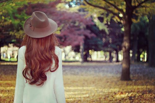 「イチョウ」「女性・女の子」「帽子」「秋」「縦長画像」「落ち葉」などがテーマのフリー写真画像