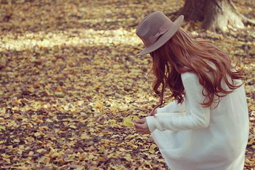 森の中でイチョウを集める女の子
