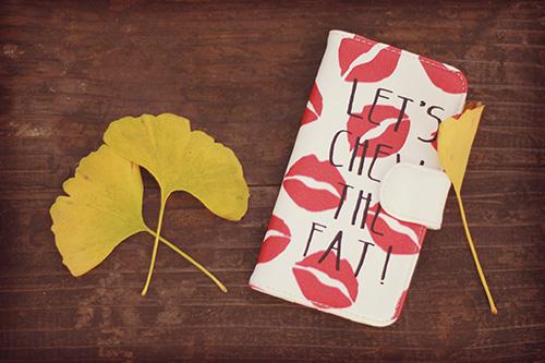 リップ柄のiPhoneケースとイチョウの葉っぱ