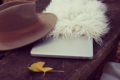 「Mac」「イチョウ」「パソコン」「ファー」「帽子」「秋」などがテーマのフリー写真画像