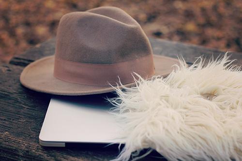 「パソコン」「ファー」「帽子」などがテーマのフリー写真画像