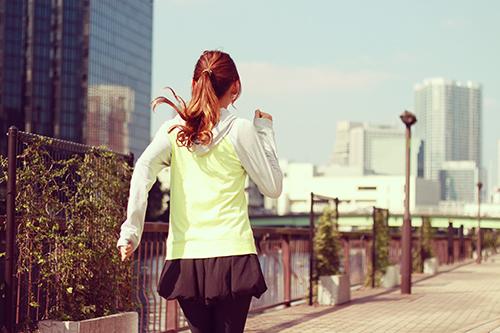 「ジョギング」「ラウンドタオル」「ランコーデ」「ランニング」「女性・女の子」などがテーマのフリー写真画像