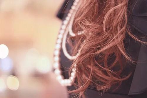 「アクセサリー」「ドレス」「パール」「ヘアスタイル」「女性・女の子」「巻き髪」などがテーマのフリー写真画像