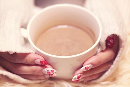「カフェ」「ドリンク」「ネイル」「ネイルアート」「マグカップ」「冬」「飲み物」などがテーマのフリー写真画像