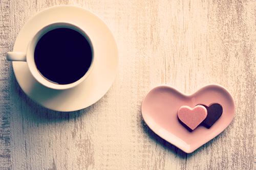 「コーヒー」「チョコレート」「ハート」「マグカップ」「俯瞰撮り」「真上から」などがテーマのフリー写真画像