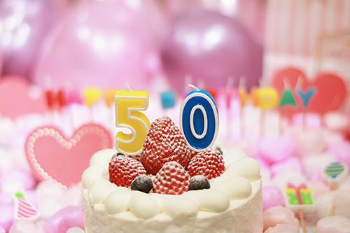 オシャレな誕生日画像:可愛いケーキとキャンドルでお祝い〜50歳編〜