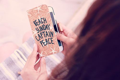 「iPhone」「ビーチ」「夏」「女性・女の子」などがテーマのフリー写真画像