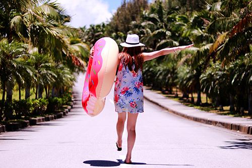 「ドーナツ」「夏」「女性・女の子」「浮き輪」「道」などがテーマのフリー写真画像