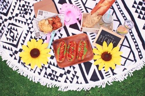 「ピクニック」「ラウンドタオル」「俯瞰撮り」「真上から」「食べ物」などがテーマのフリー写真画像