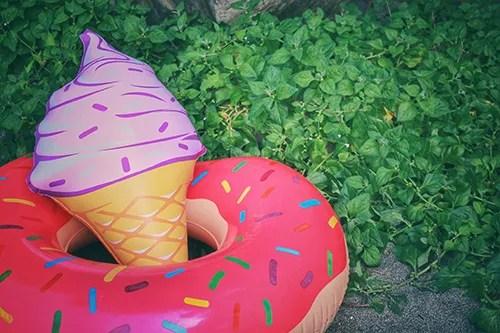 「ソフトクリーム」「夏」「浮き輪」「空」などがテーマのフリー写真画像