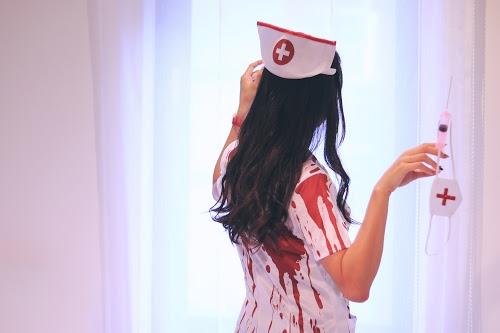 病室でゾンビに転化したナースの女の子