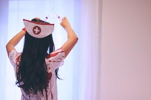 病室で注射器を構えるナースゾンビの女の子