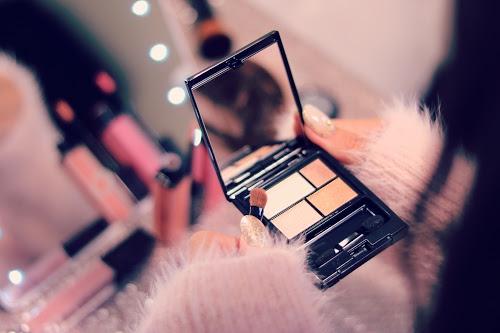 「アイシャドウ」「コスメ」「メイク」「リップグロス」「出かける準備」「女性・女の子」「部屋」「鏡」などがテーマのフリー写真画像
