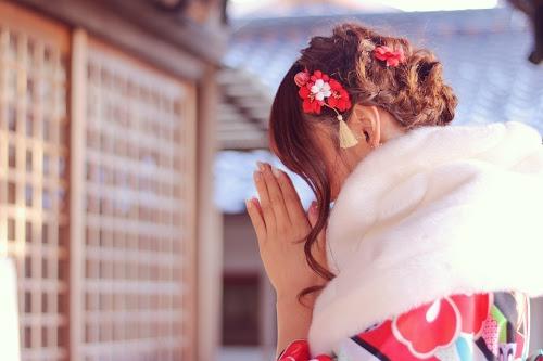 「冬」「初詣」「和」「女性・女の子」「着物」「縦長画像」「金沢」などがテーマのフリー写真画像