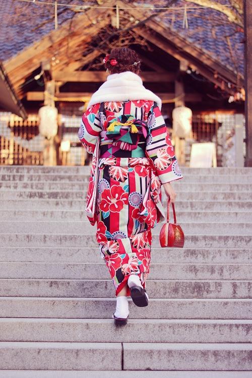 「followmeto」「あけおめ画像」「カップル」「冬」「初詣」「和」「女性・女の子」「恋人」「手繋ぎ」「着物」「縦長画像」「金沢」などがテーマのフリー写真画像