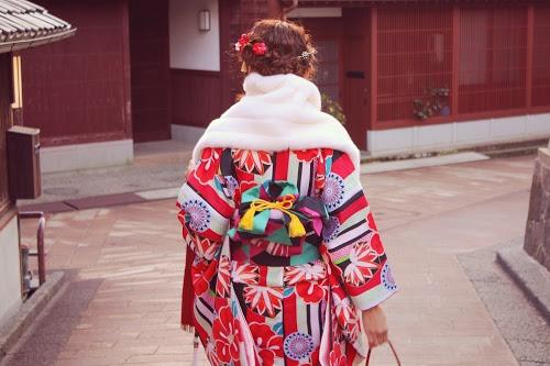 初詣のために着物を着て神社へ向かっている女の子