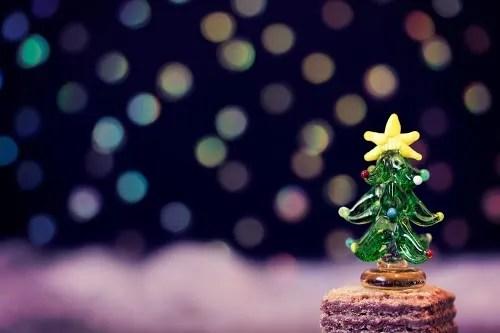 高台という名のウエハースの上に乗っているクリスマスツリー