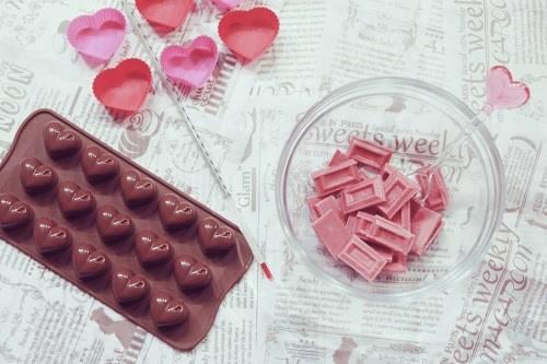 バレンタインに向けてチョコ作りの準備をする様子