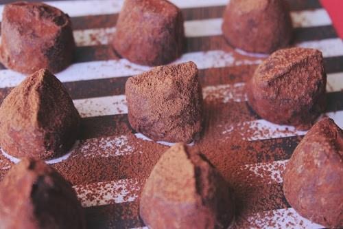 チョコレートにココアパウダーがふりかかる瞬間