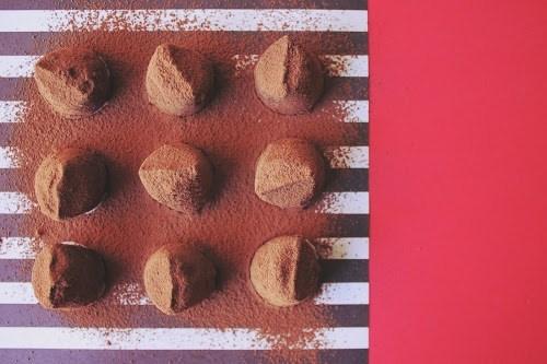 おしゃれなペーパーナプキンに乗せられた手作りバレンタインチョコ